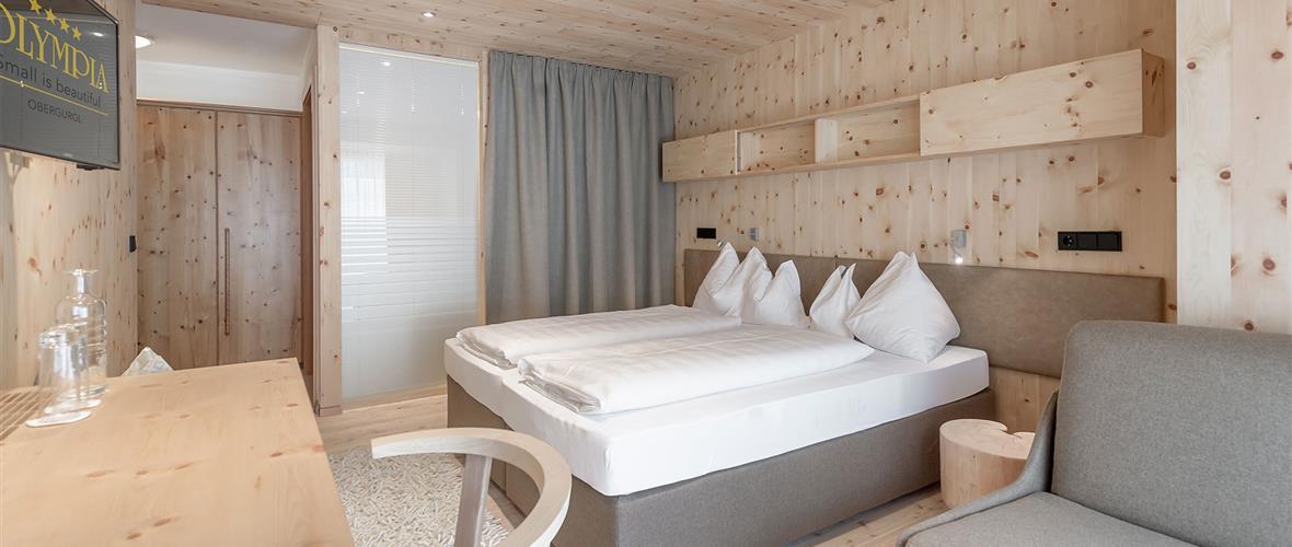 Zimmer mit Doppelbett und Schreibtisch