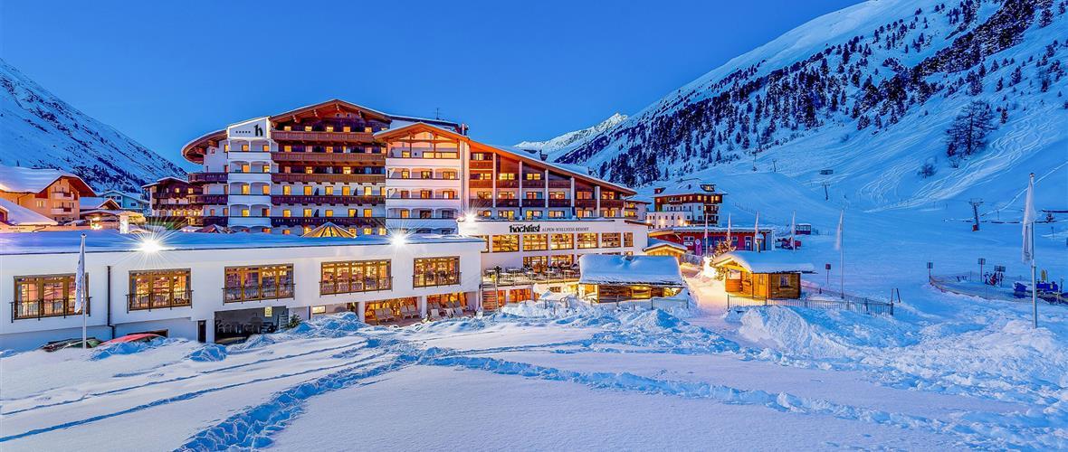 Hotel Hochfirst von außen im Winter