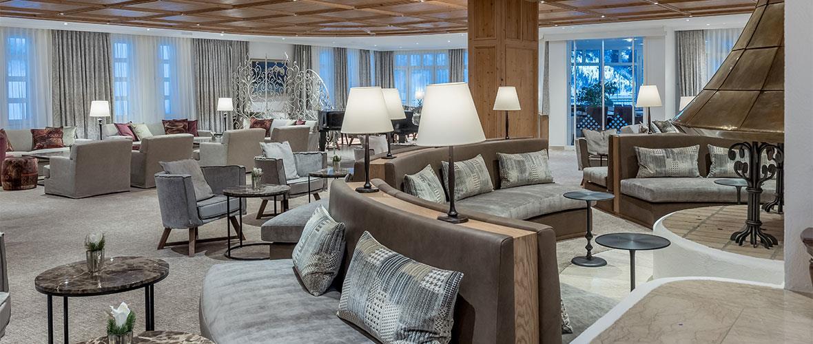 Hotellounge mit Tischen und Armsesseln