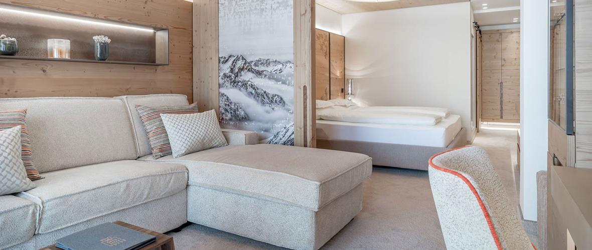 Zimmer mit Doppelbett und Couch