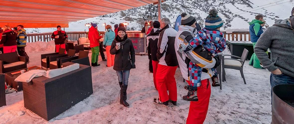 Personen unter einem Dach beim Skiopening