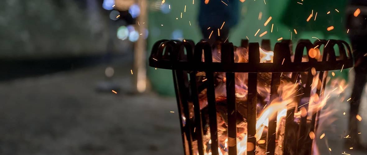 Feuersäule mit brennendem Holz